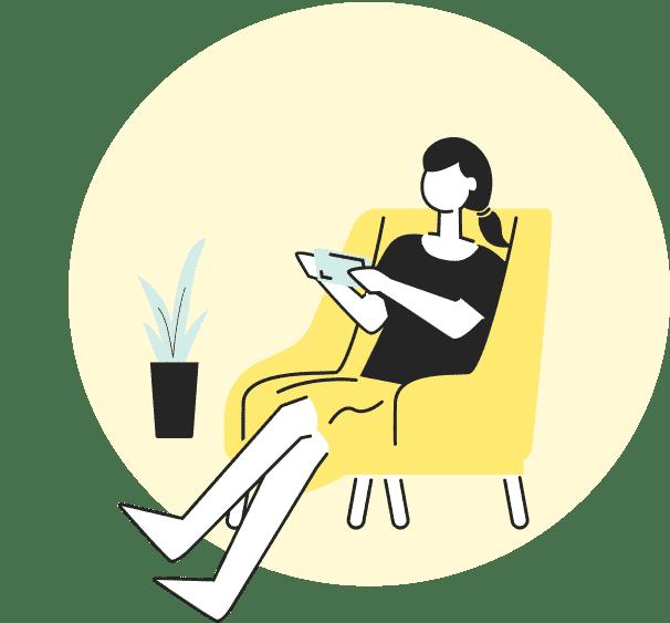 自宅のソファに座る女性